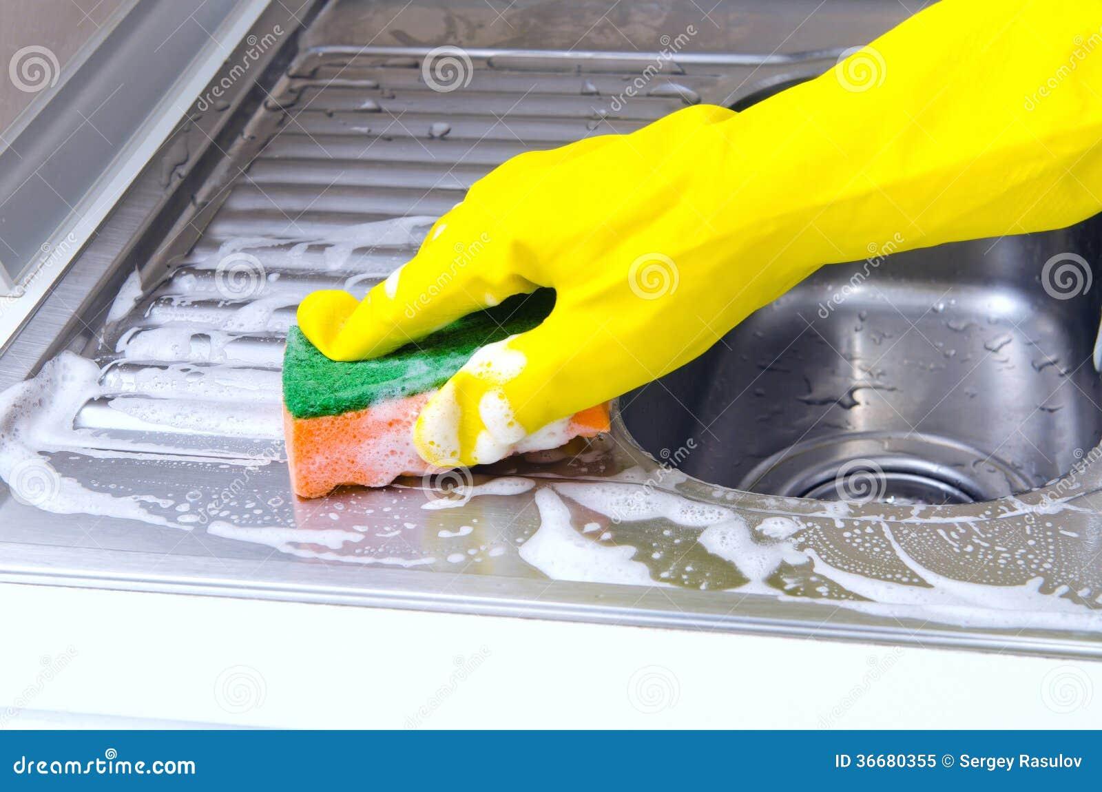 Het schoonmaken van de keukengootsteen