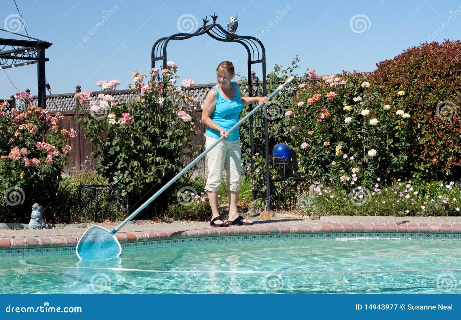 Het schoonmakende zwembad van de vrouw
