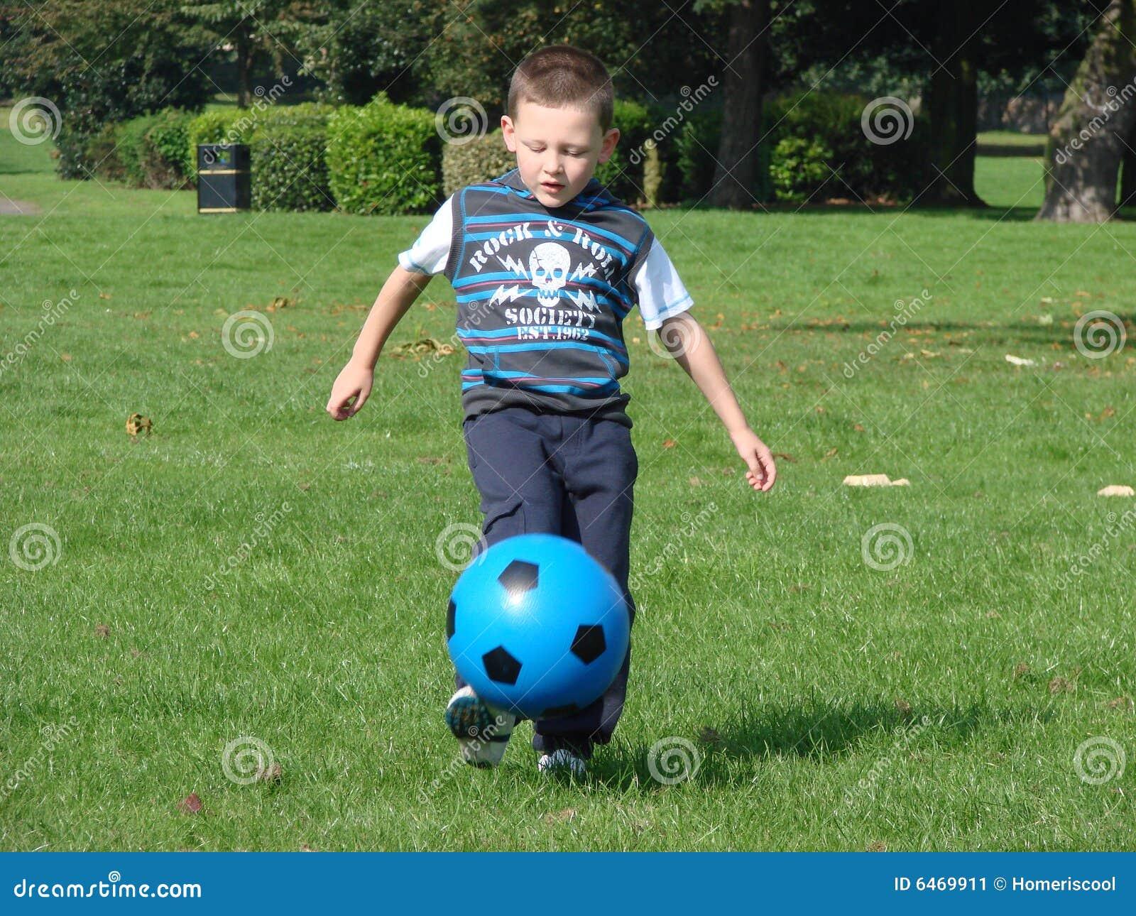 Het schoppen van de jongen voetbal stock afbeelding afbeelding 6469911 - De kamer van de jongen ...