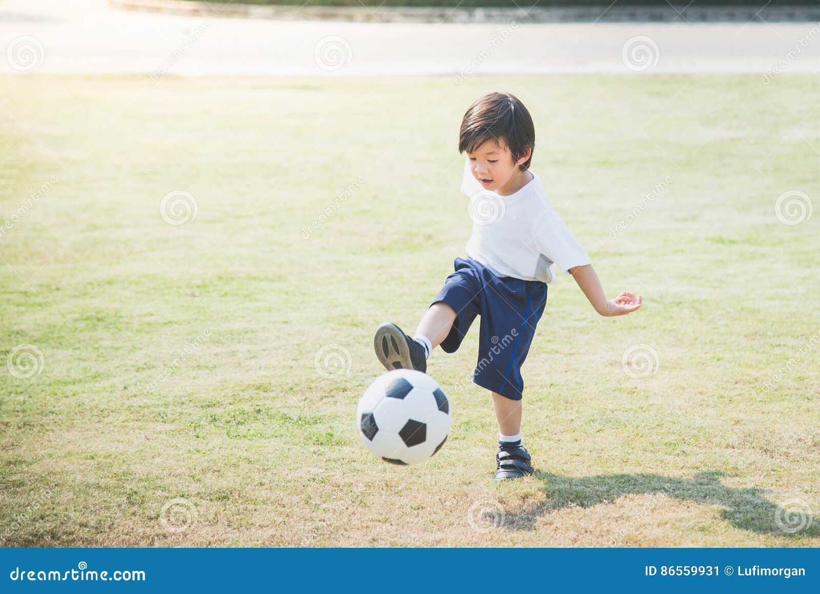 Het schoppen van de jongen voetbal