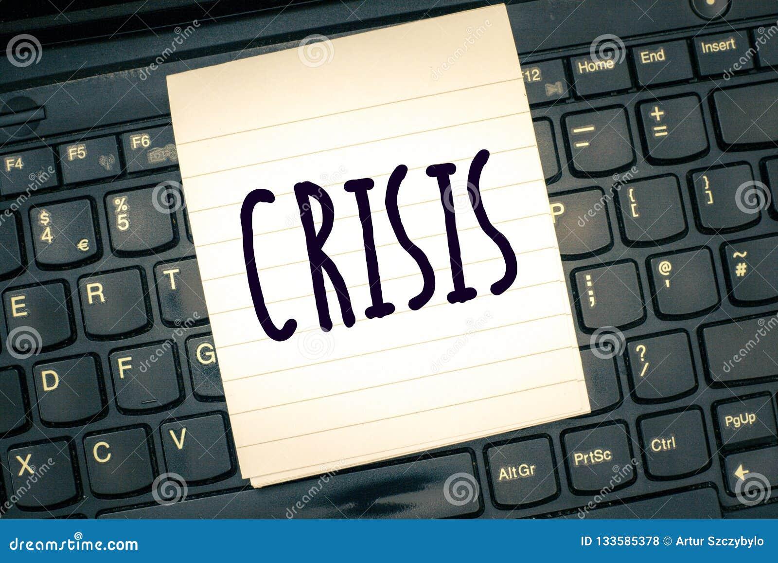 Het schrijven nota die Crisis tonen Bedrijfsfoto demonstratietijd wanneer het moeilijke of belangrijke besluit gevaar moet worden