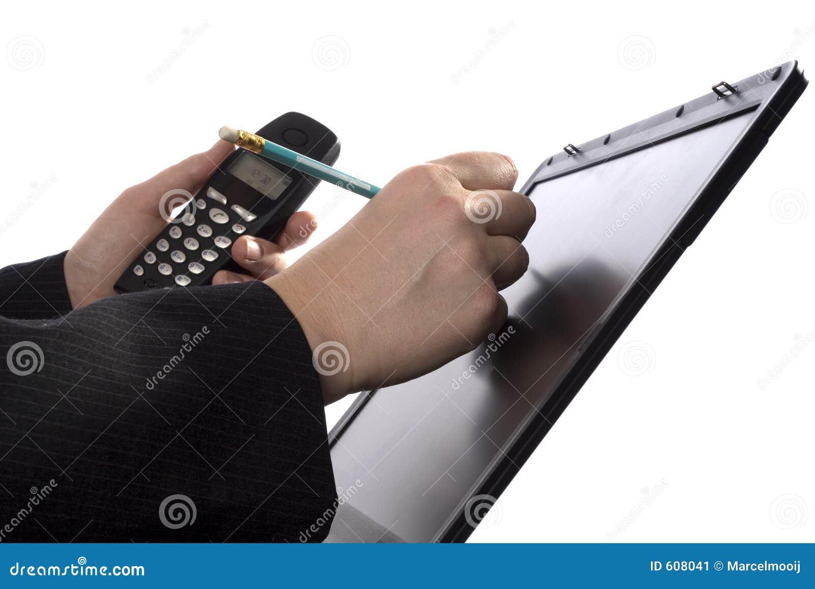 Het schrijven van de zakenman nota s over touchscreen