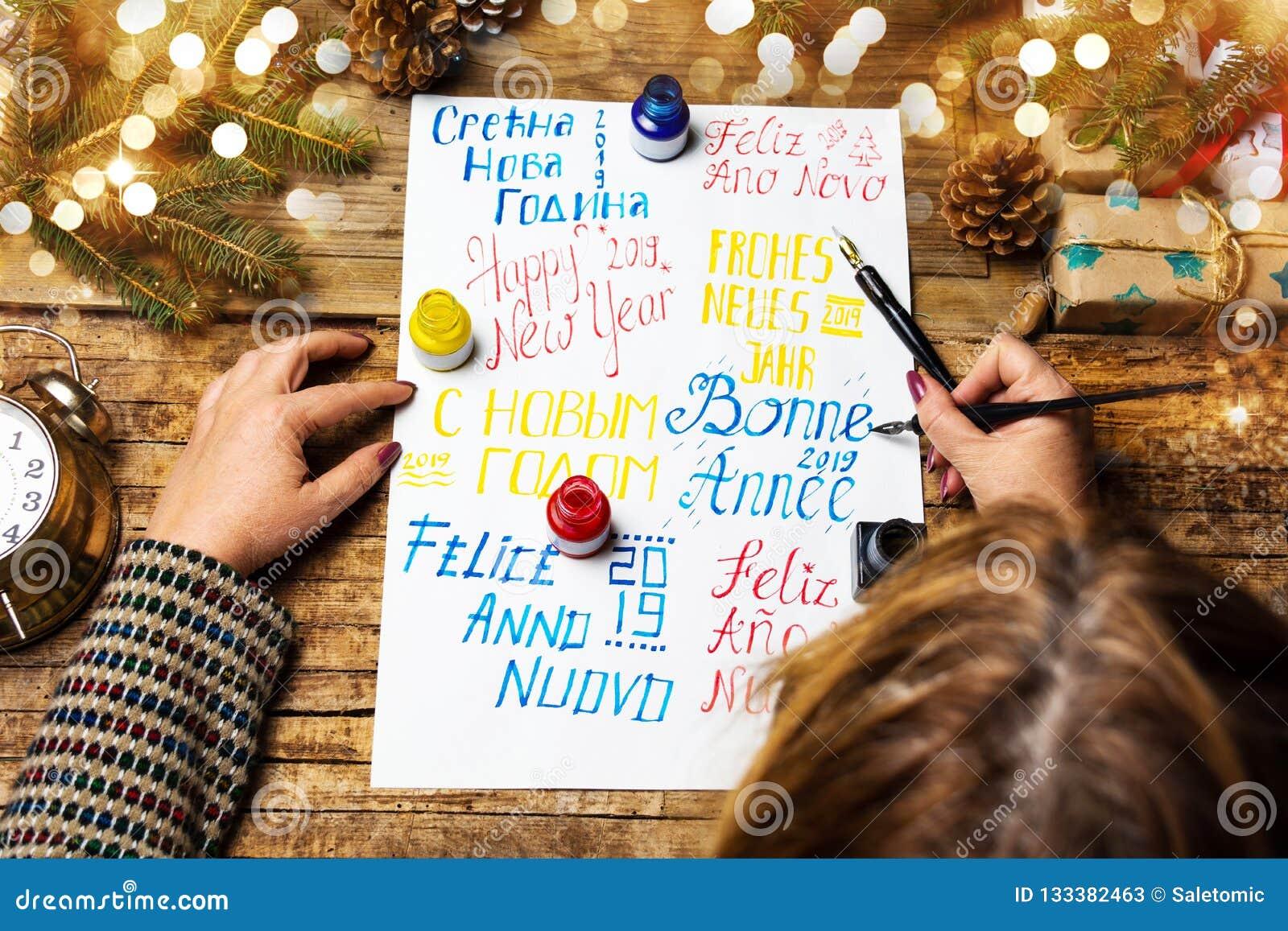 Het schrijven van een Gelukkige nieuwe jaarkaart in diverse talen