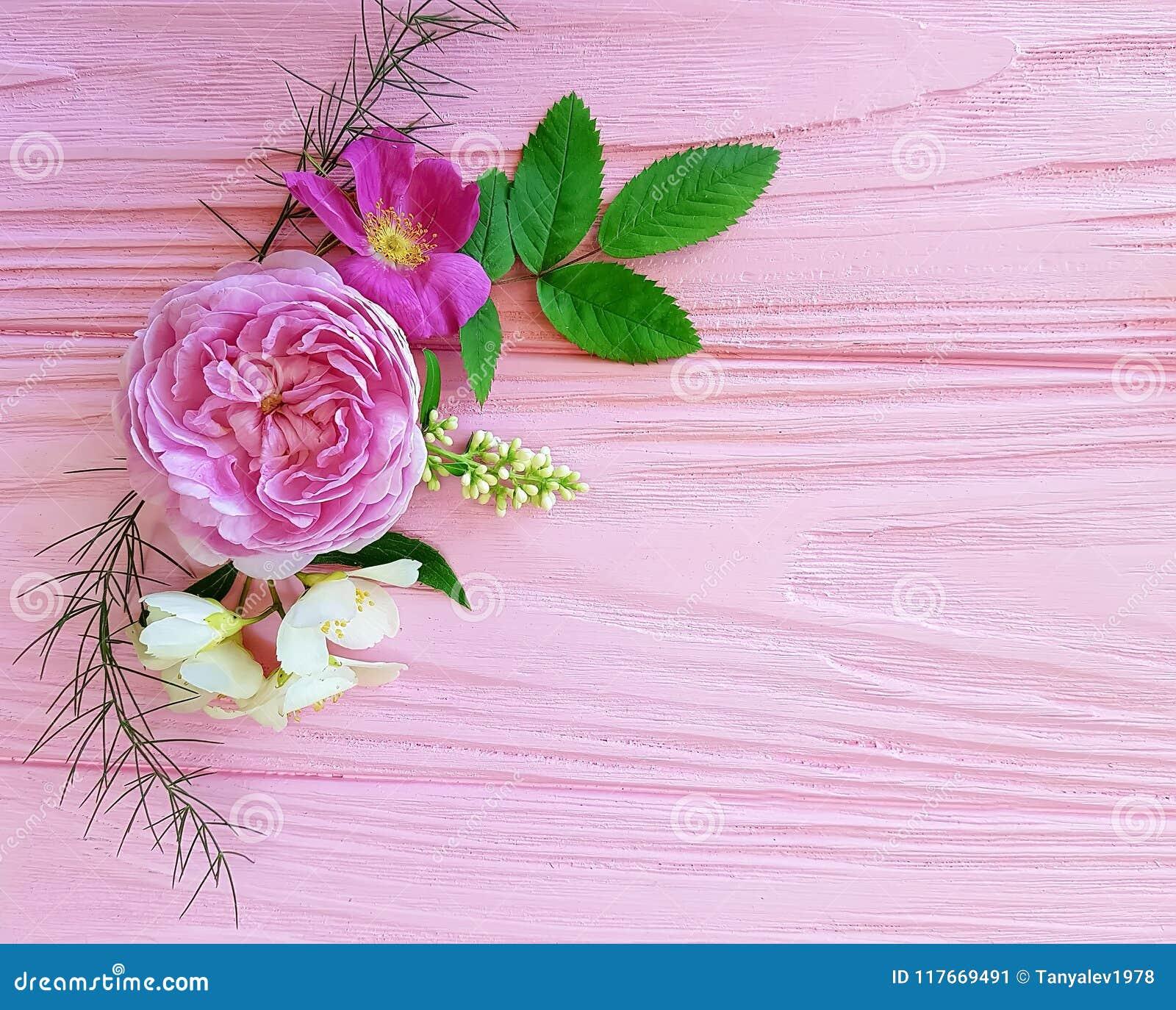 Het seizoenkader van het rozen mooi boeket op een roze houten jasmijn als achtergrond, magnolia