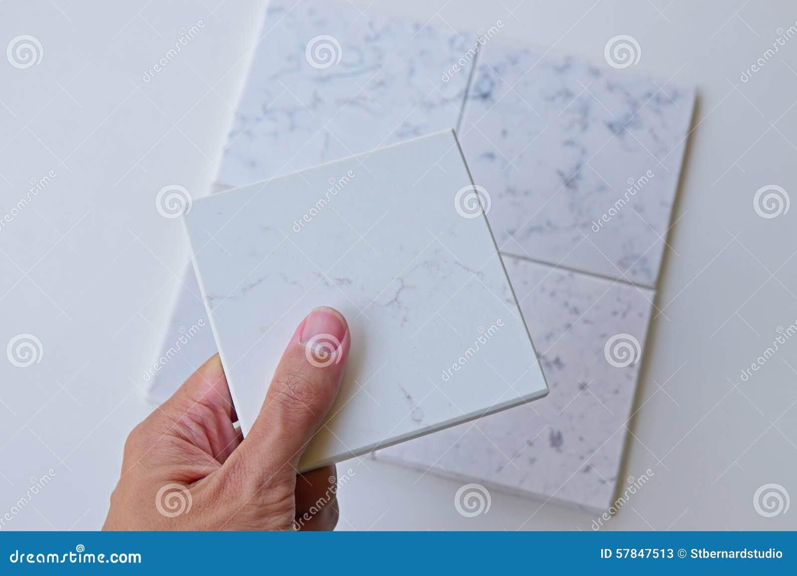Het selecteren van een steenontwerp voor het ontwerp van de huisvernieuwing uit verschillende opties