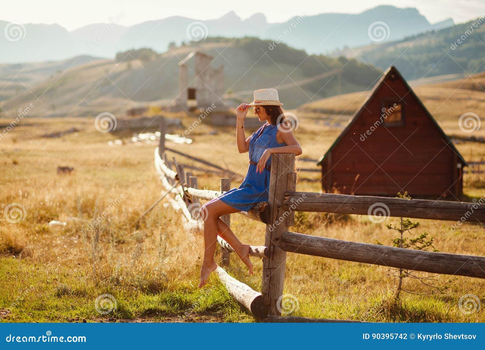 Het sexy alleen platteland van de vrouwenreis