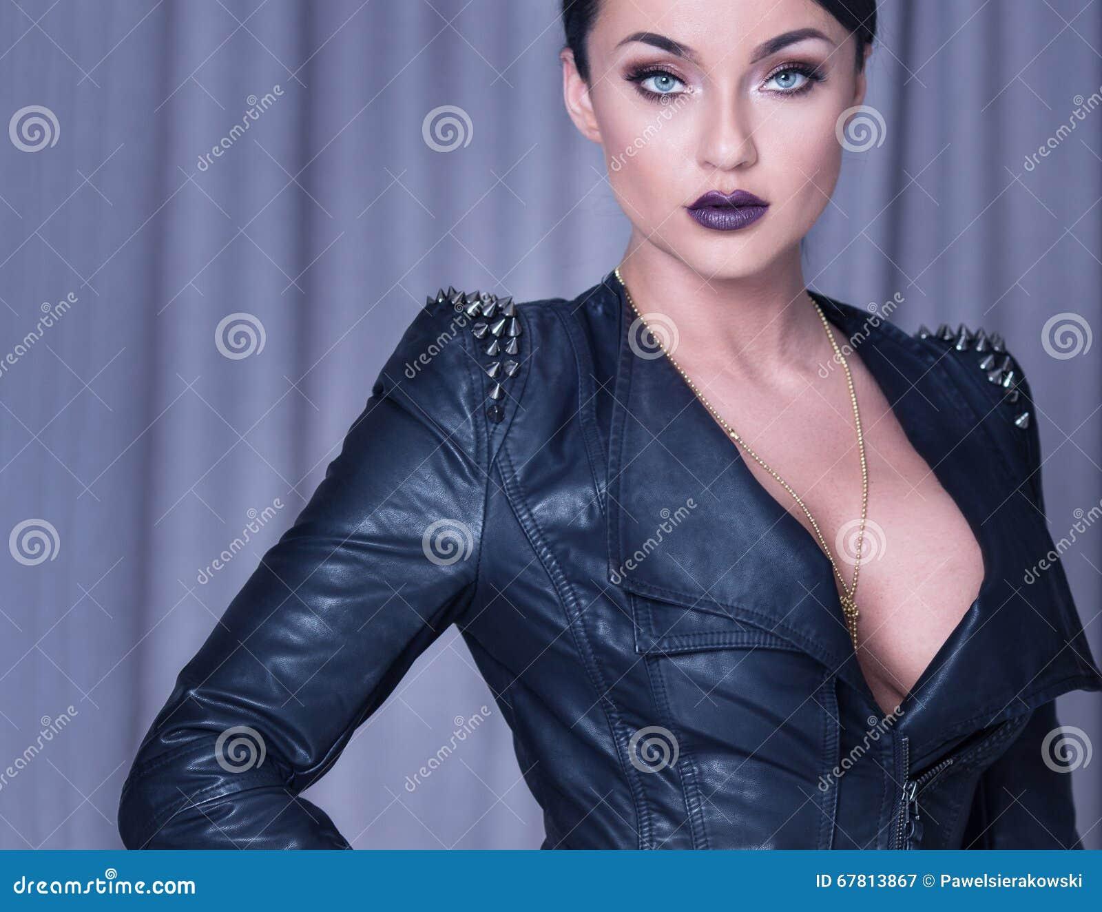 Het sexy donkerbruine dame stellen