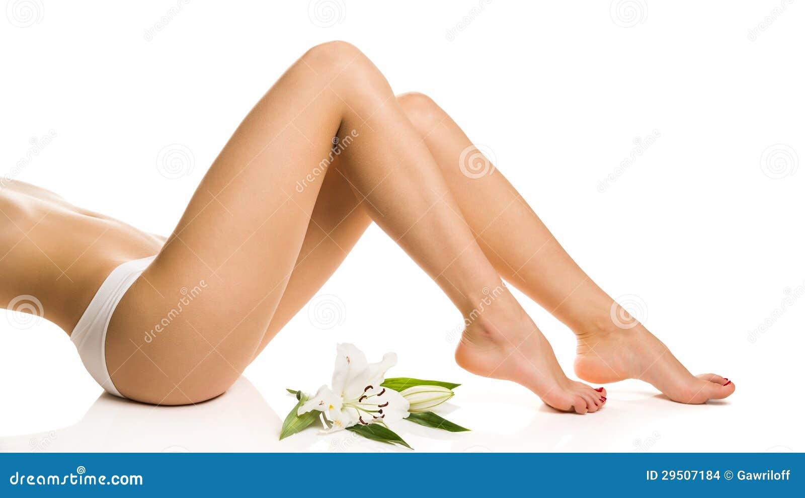 Het sexy meisje toont slanke benen met een bloem