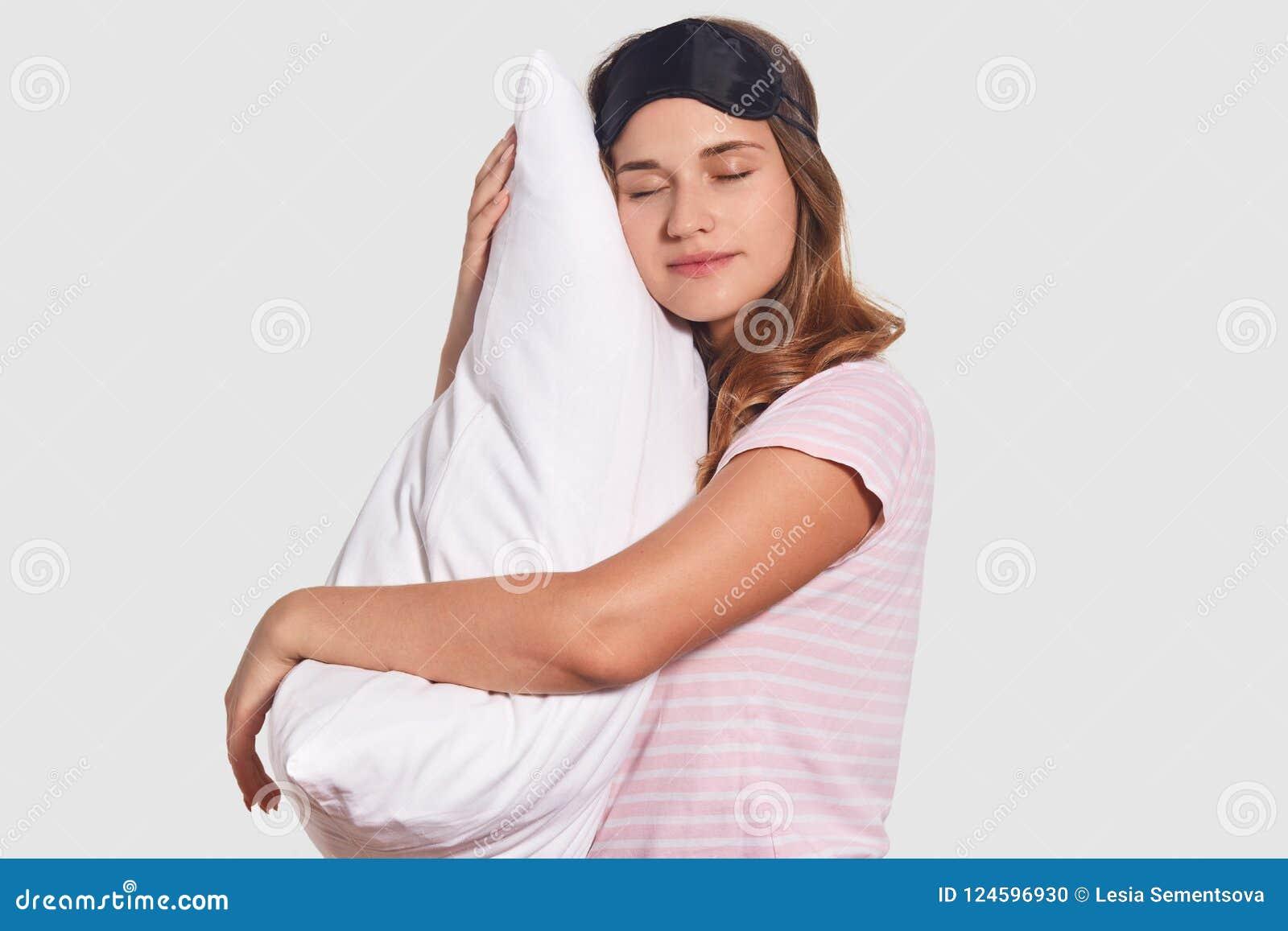 Het Siewaysschot van ontspannen Kaukasische vrouw neemt dutje op zacht hoofdkussen, draagt slaapmasker, heeft goede rust na harde