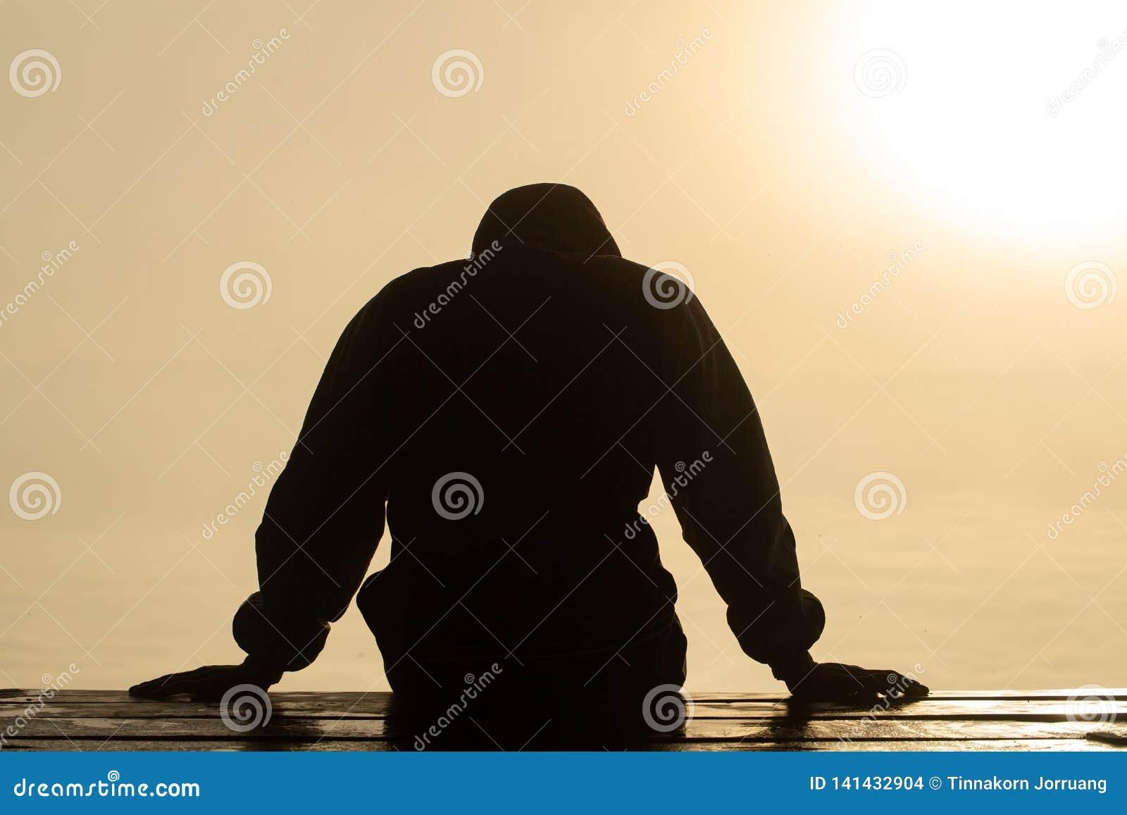 Het silhouet van de beklemtoonde en gedeprimeerde mens van het werken onder druk en hopefulness, Droevige uitdrukking, droevige e