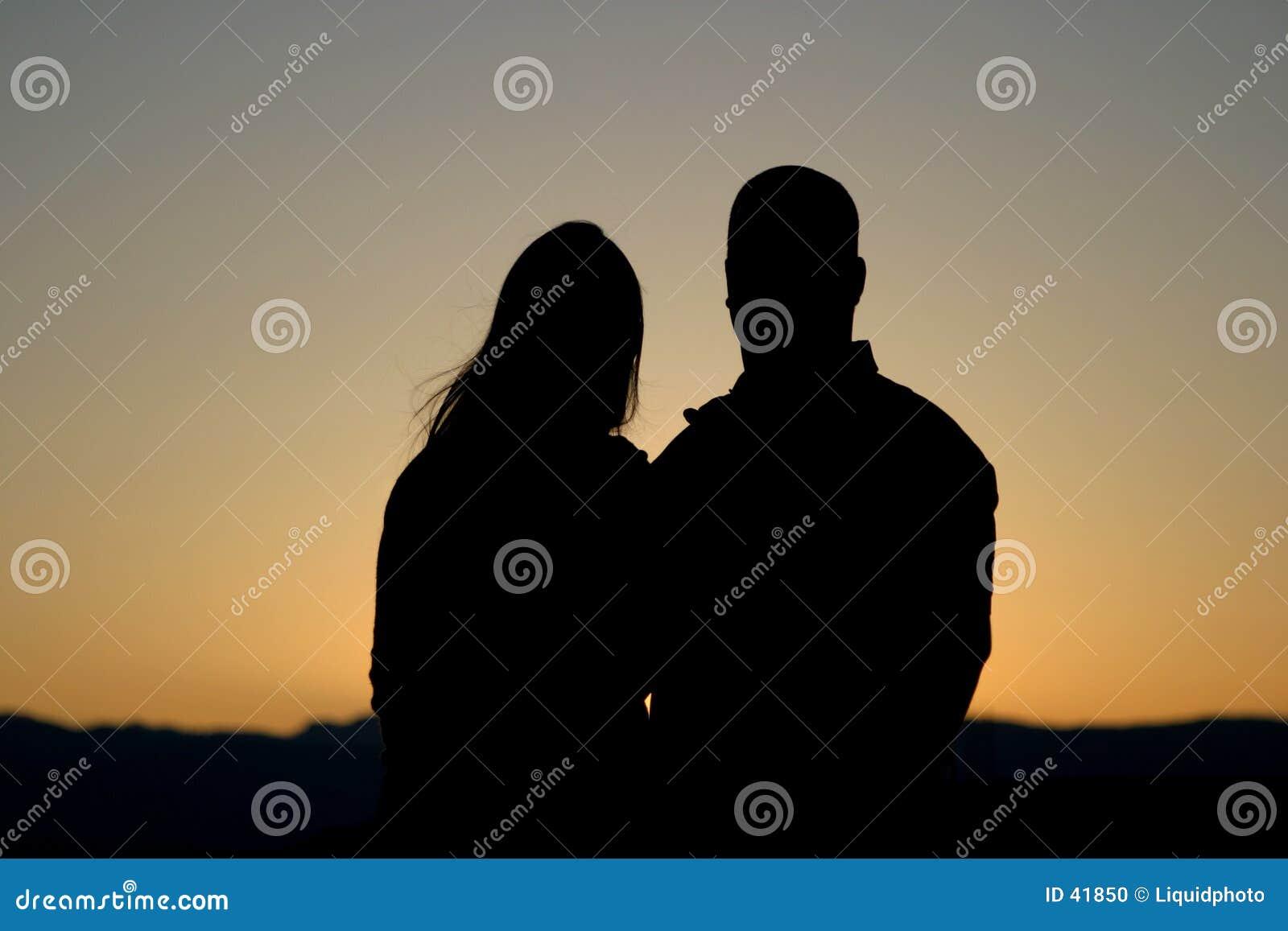 Het Silhouet van het paar bij Zonsondergang