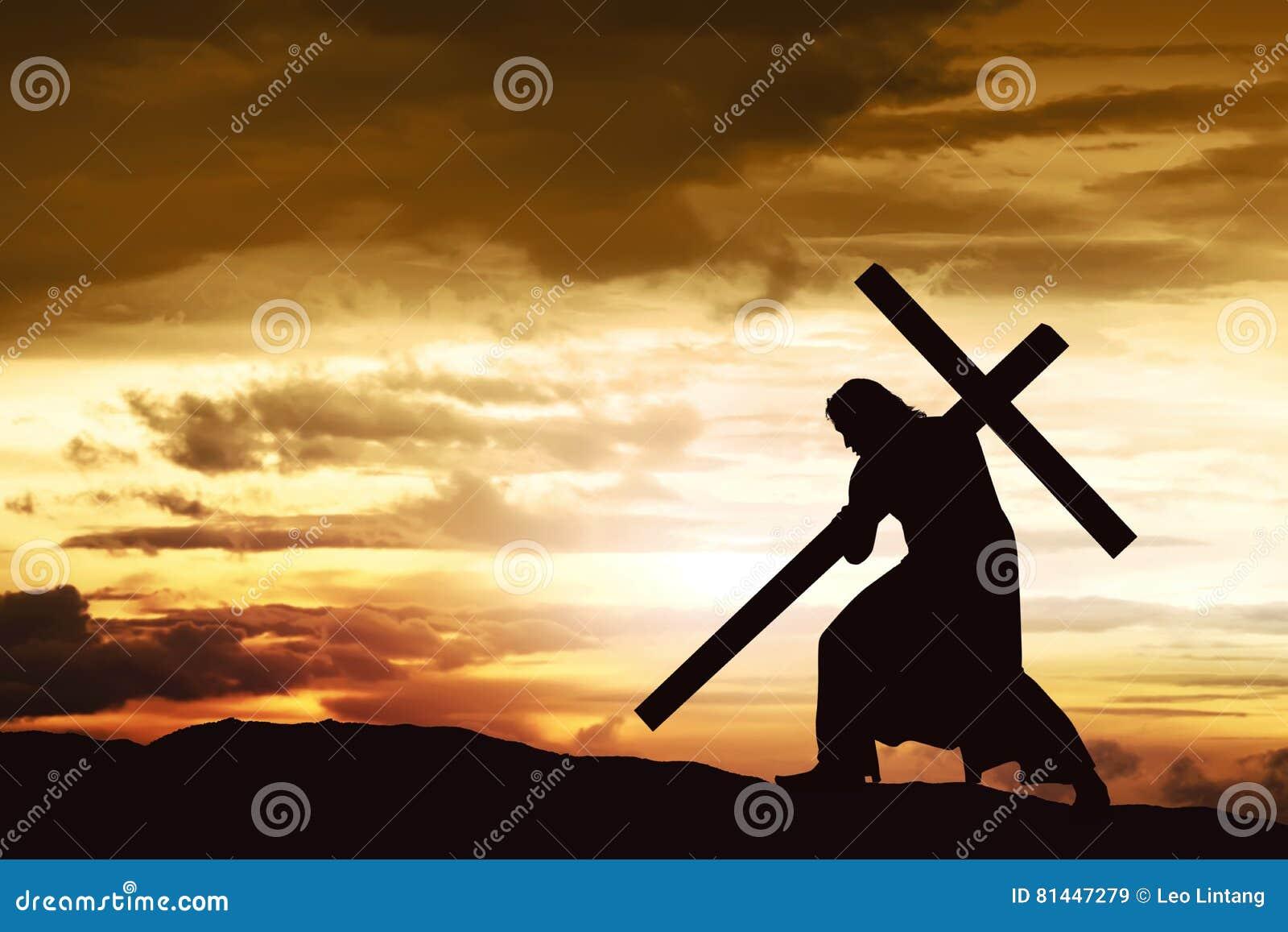 Het silhouet van Jesus draagt zijn kruis