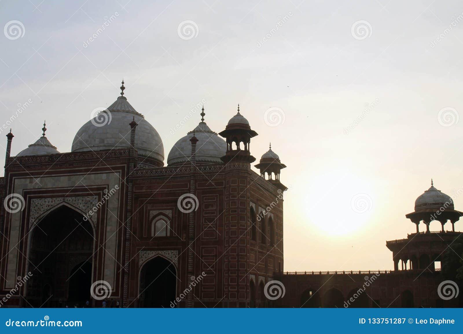 Het silhouet van Taj Mahal-torens tijdens zonsopgang