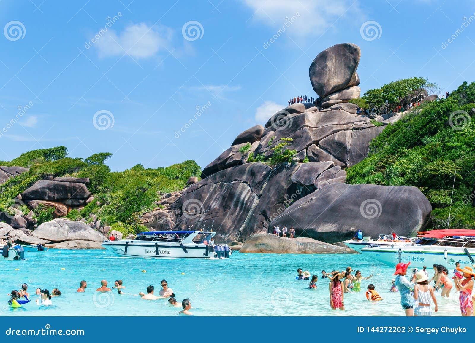 Het Similaneiland, Thailand, 9 Maart 2019, toeristen geniet van een sunbath, Blauwe hemel, kristal ontruimd water, wit zand