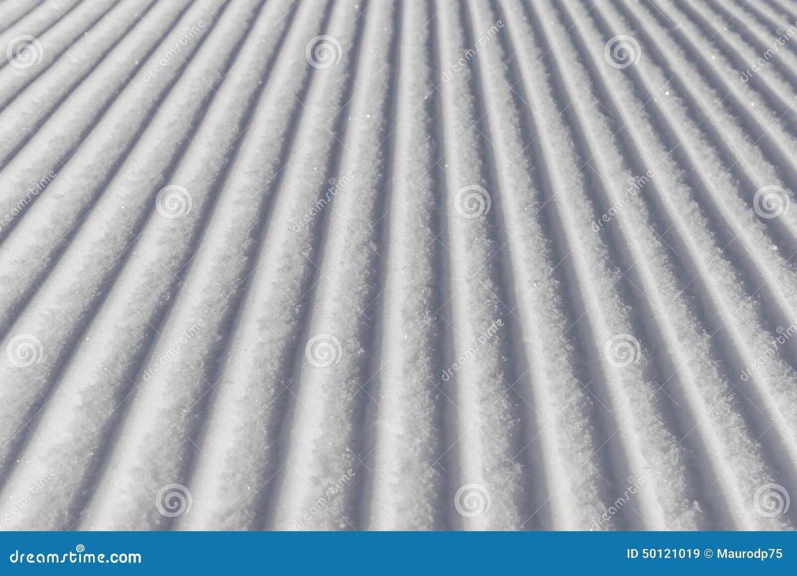 Het ski?en achtergrond - verse sneeuw op skihelling