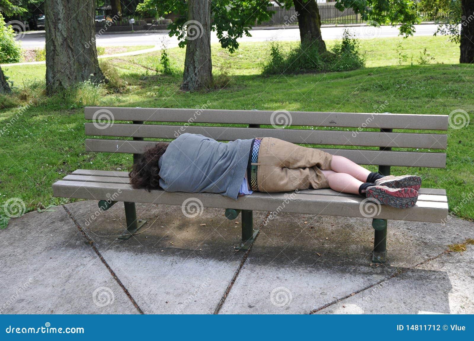 Het slapen op een bank in een publiek