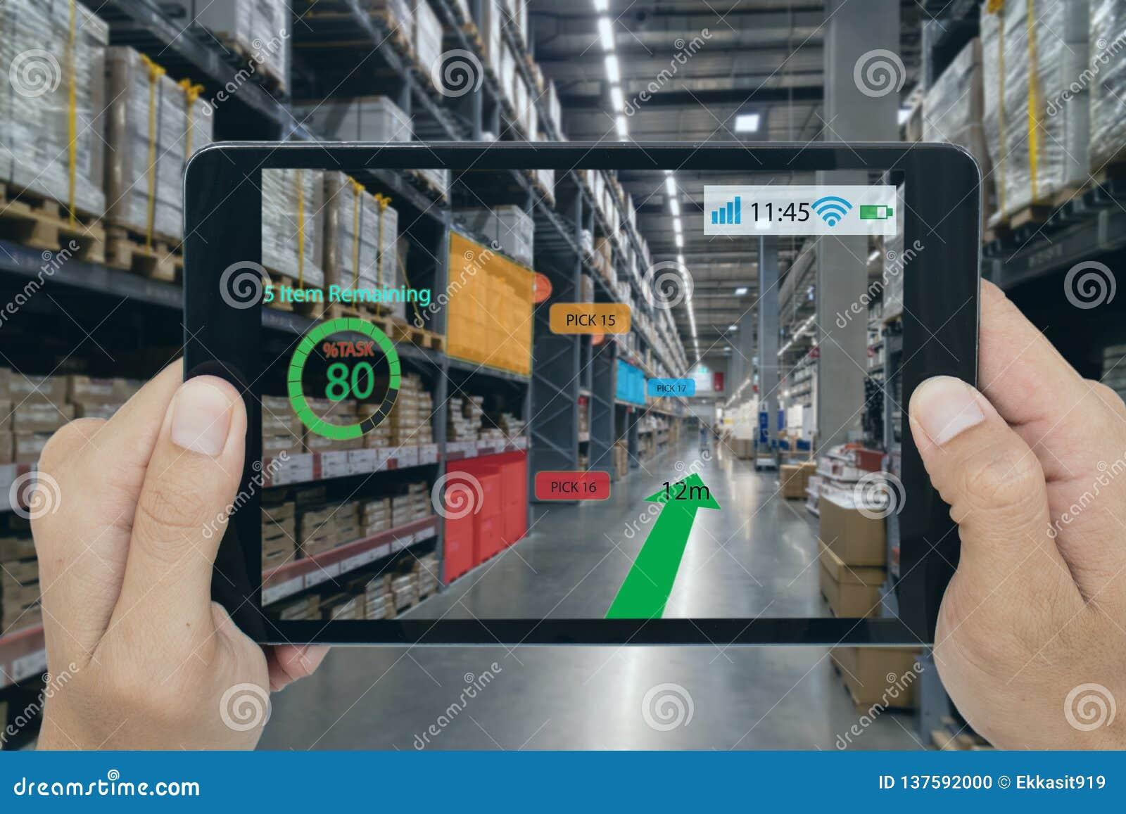 Het slimme kleinhandelsconcept, a-klant kan controleren welke gegevens van inzicht in real time in plankenstatus dat over een tab