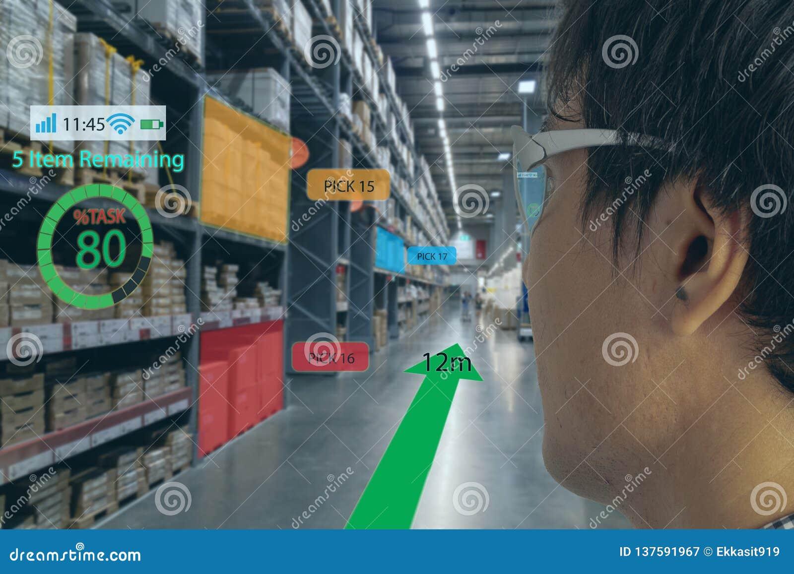 Het slimme kleinhandelsconcept, a-klant kan controleren welke gegevens van inzicht in real time in plankenstatus dat over slimme