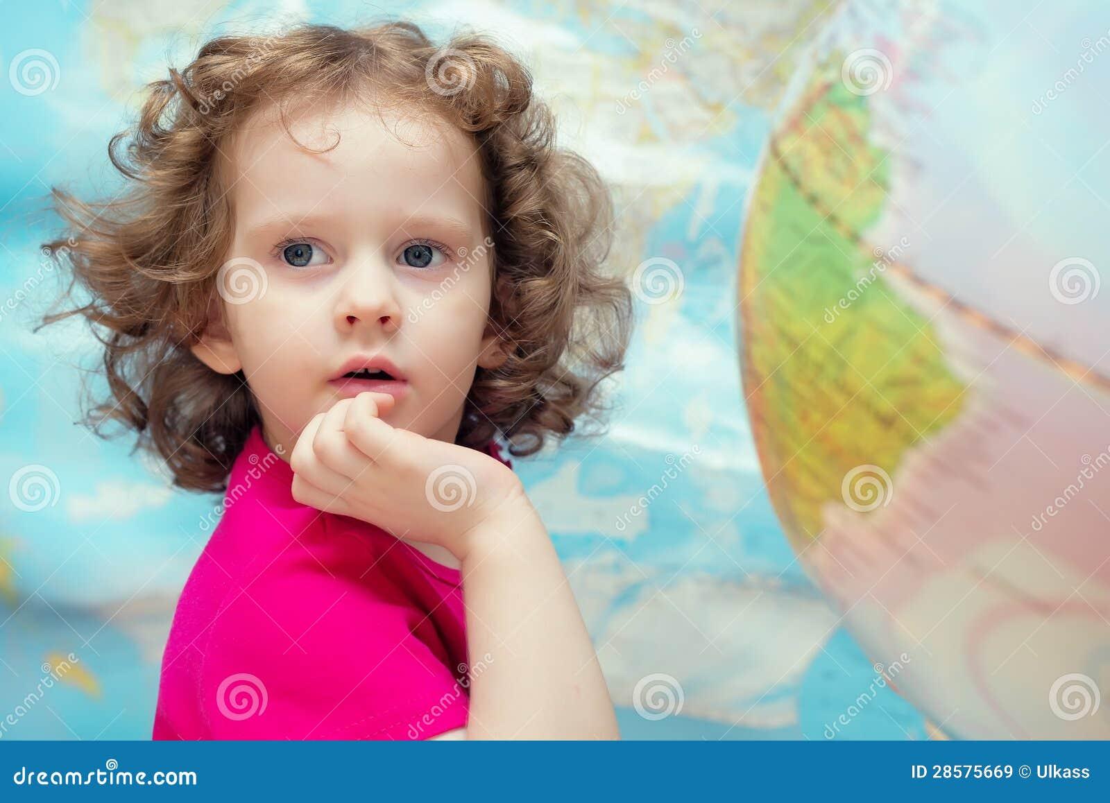 Het slimme meisje kijkt dicht het beeld op de achtergrond o royalty vrije stock afbeeldingen - Beeld het meisje van ...
