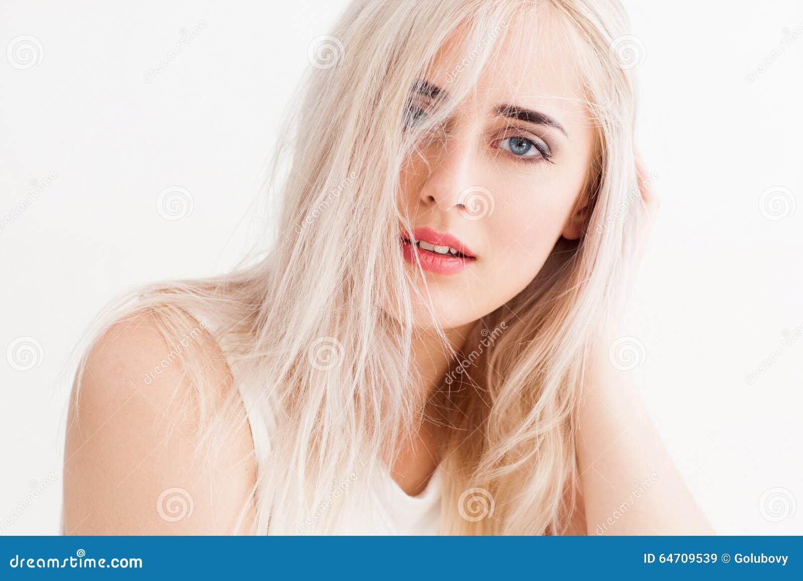 Het slordige blonde calmly en kijkt trustingly