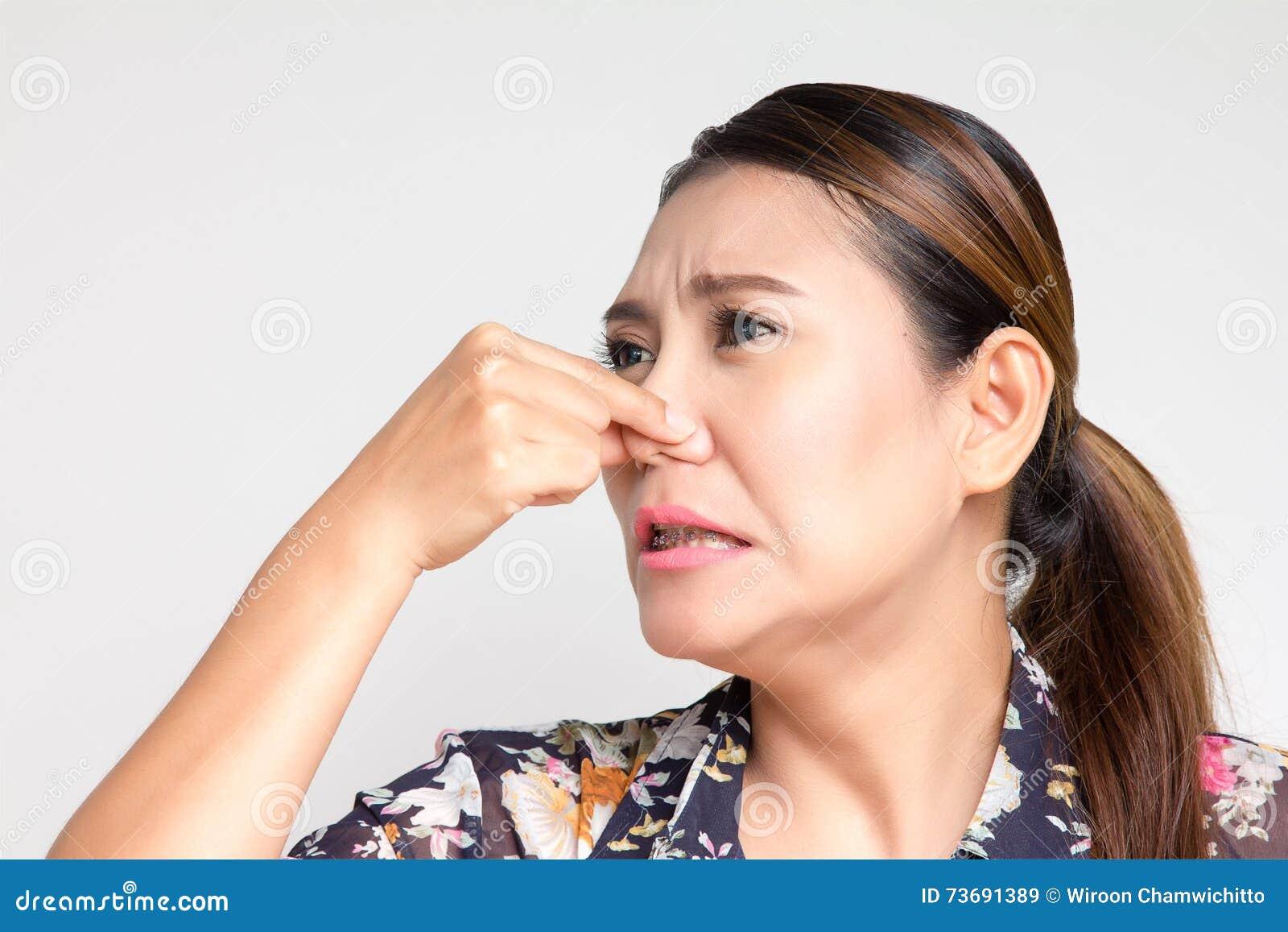 Het sluiten van haar neus