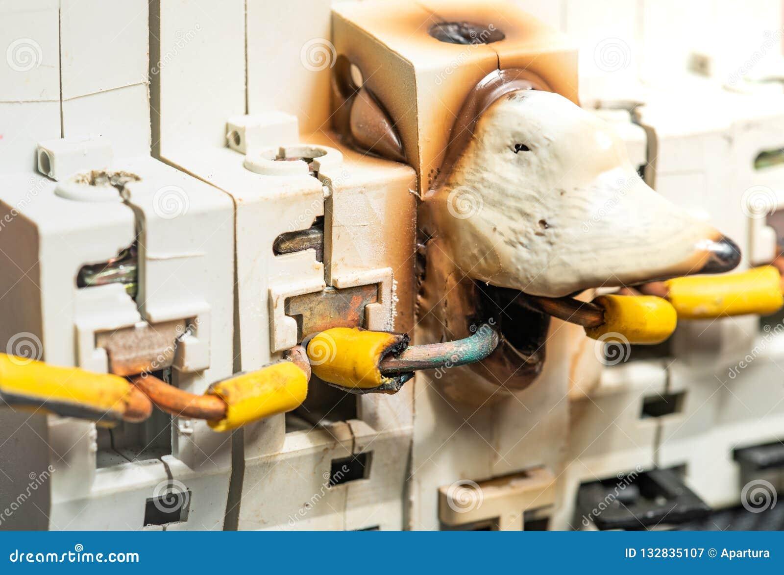 Het smelten en Schade van Elektrozekeringkast of Breker wegens Te sterke intensiteitmacht