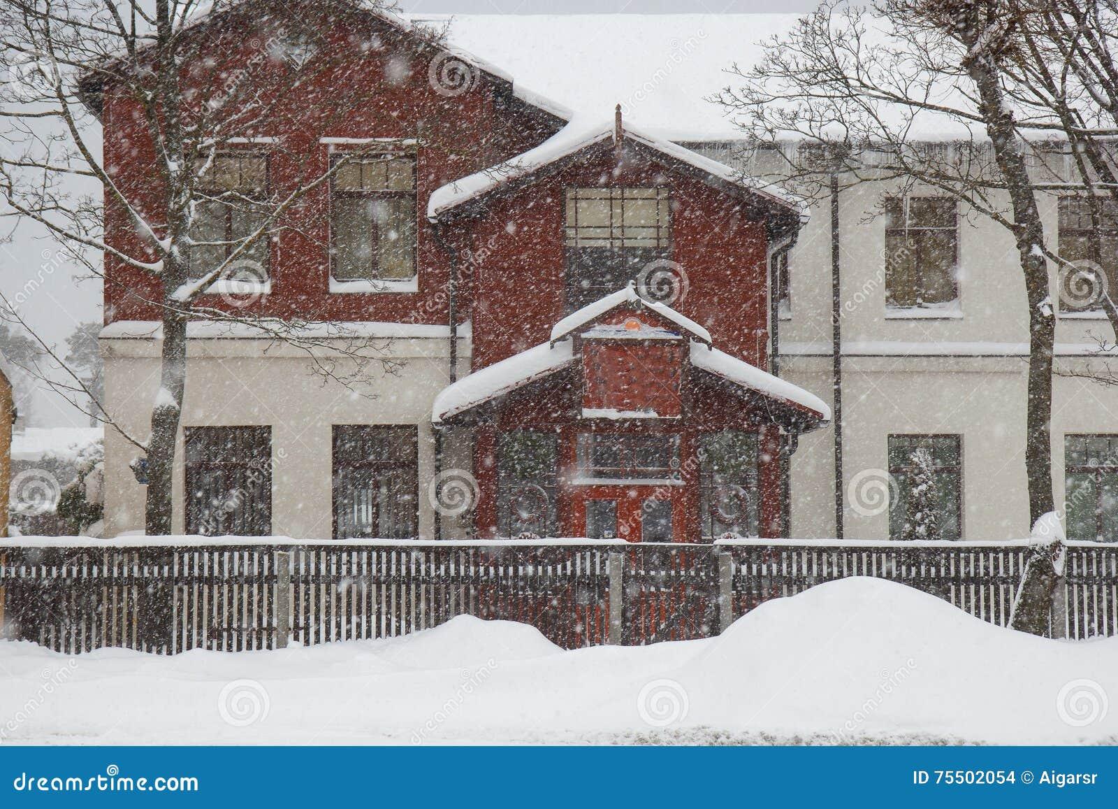 Het sneeuwen door een huis