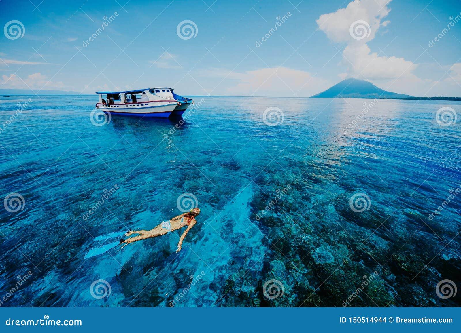 Het snorkelen in het Blauwe Overzees dichtbij Krakatau zet op