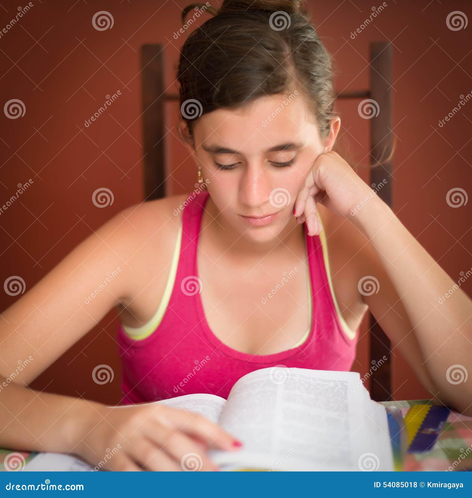 Het Spaanse tiener bestuderen