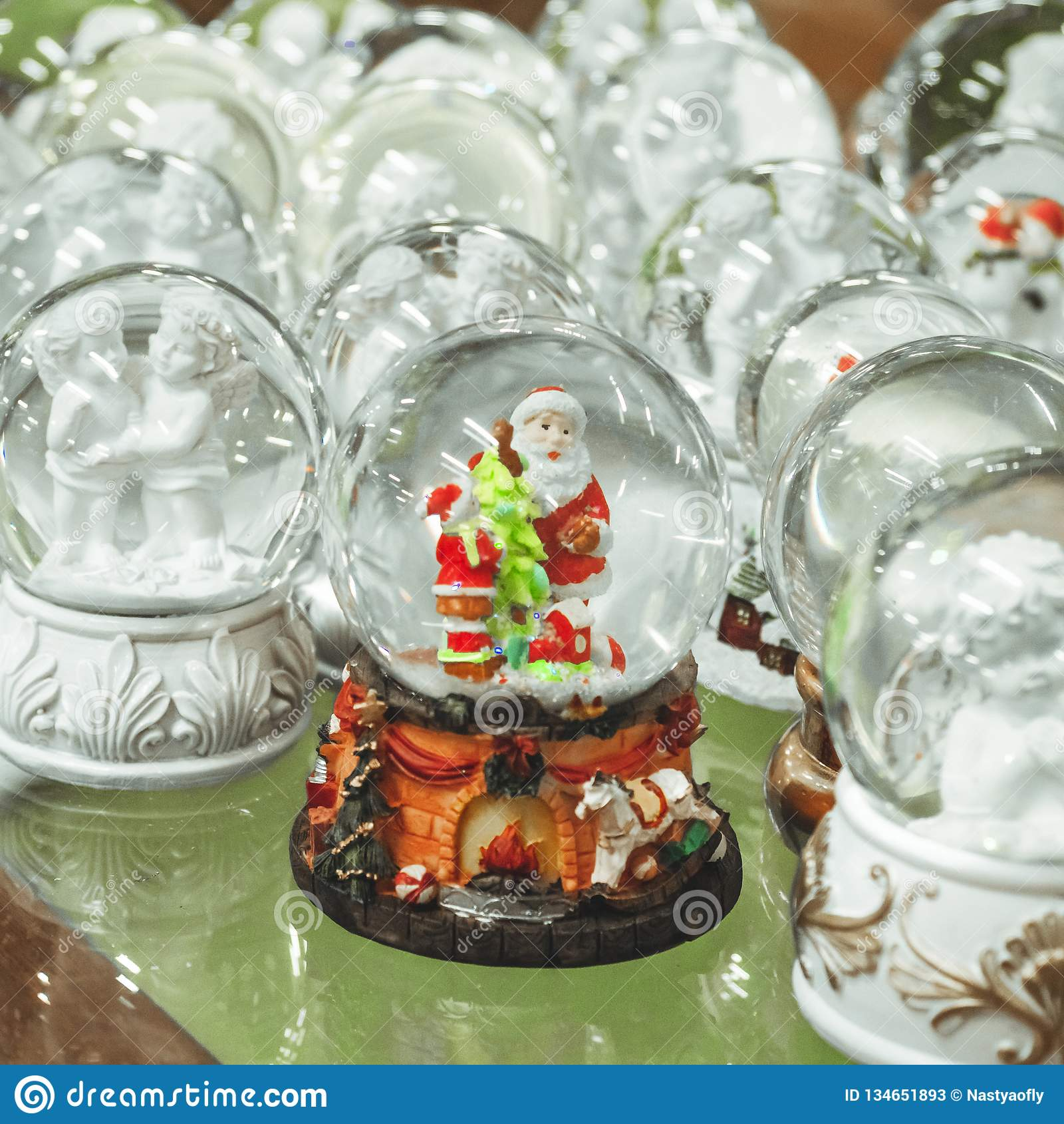Het speelgoed van glaskerstmis, herinneringen - sneeuwballen op de teller van de Kerstmismarkt