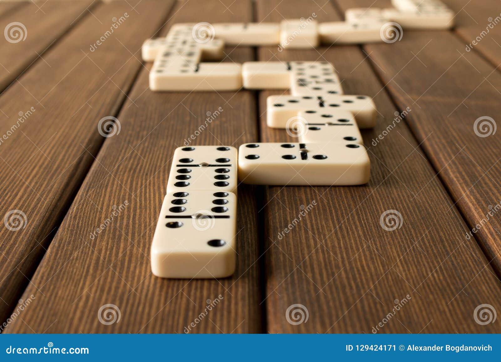 Het spelen domino s op een houten lijst Het concept de Domino GA