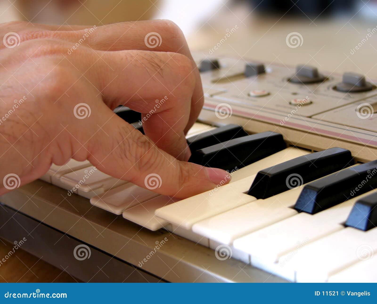 Het spelen elektrische synthesizer