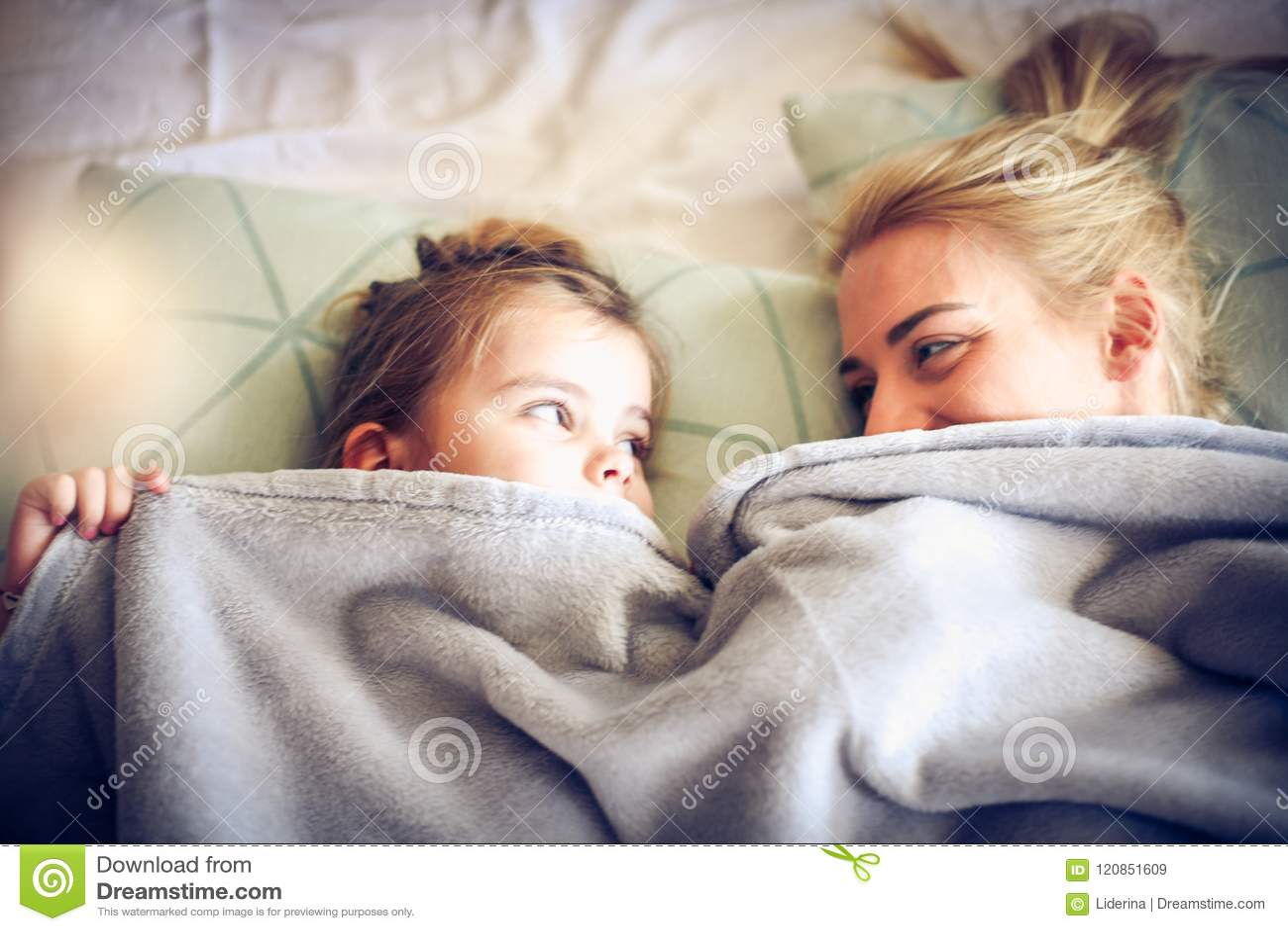 Het spelen onder deken met mama Weinig ballerina