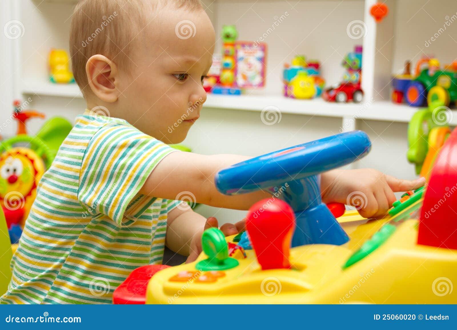 Het Spelen van de baby met het Speelgoed