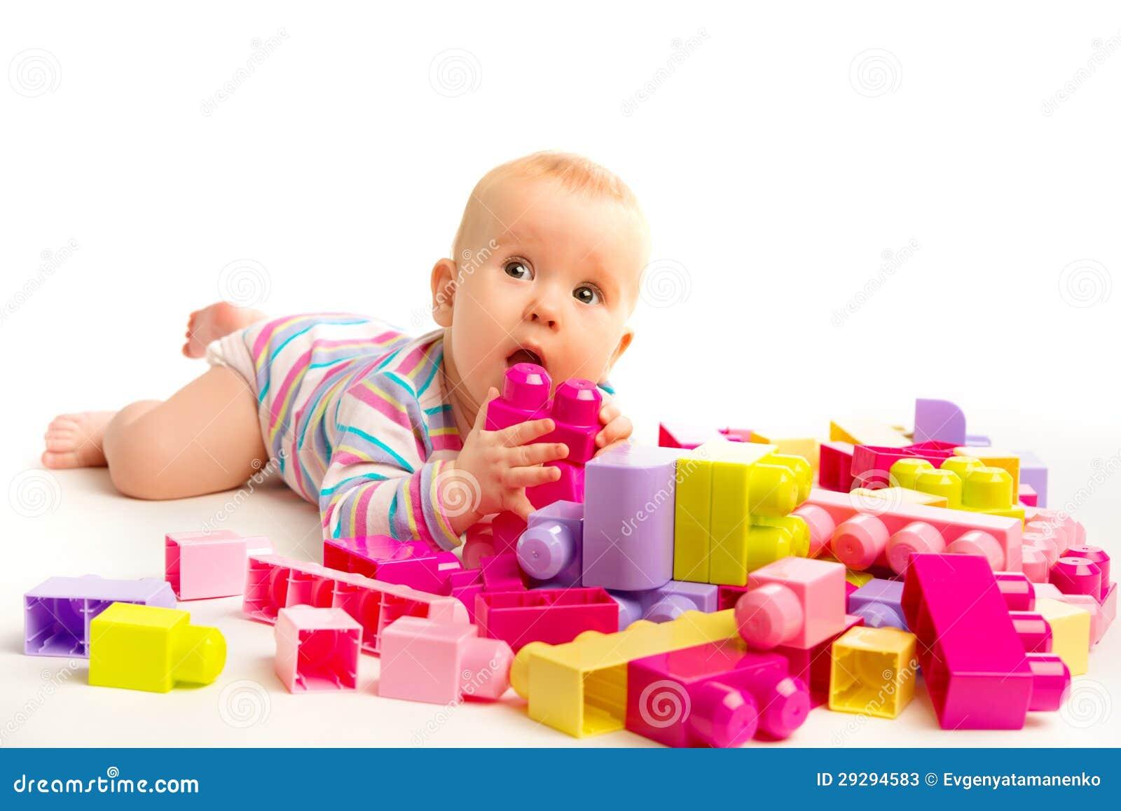 Het Spelen Van De Baby In Ontwerperstuk Speelgoed Blokken