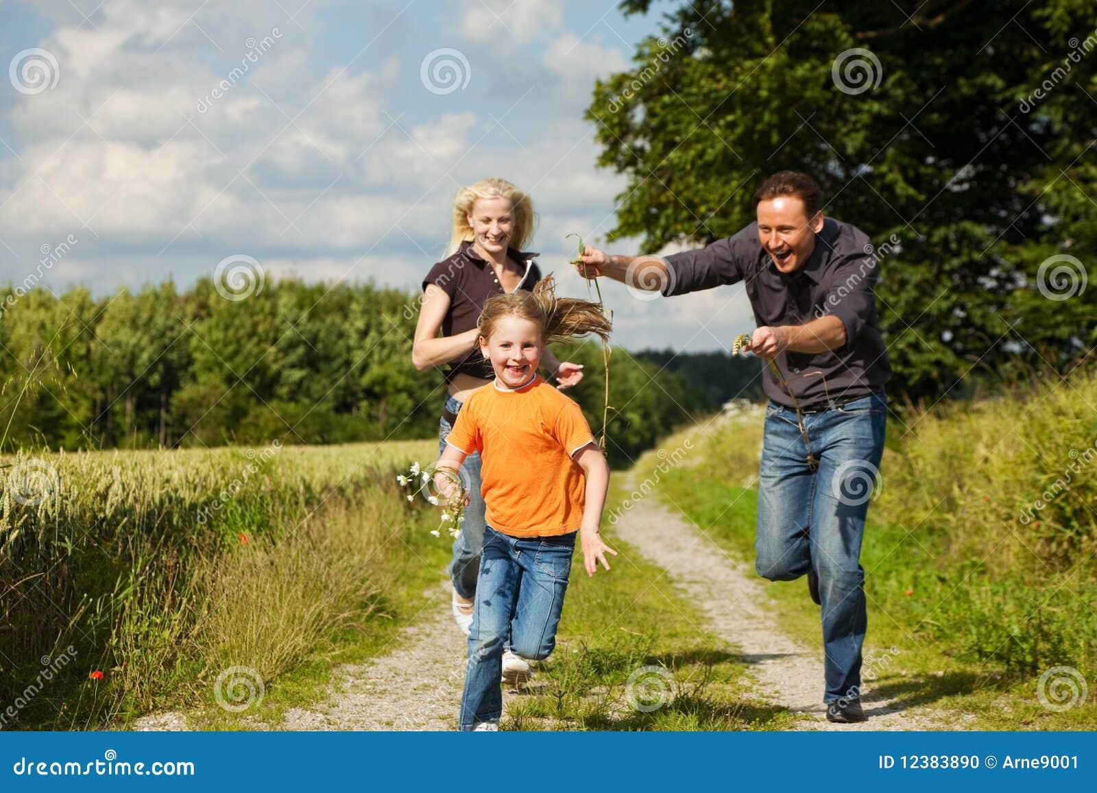 Het spelen van de familie bij een gang