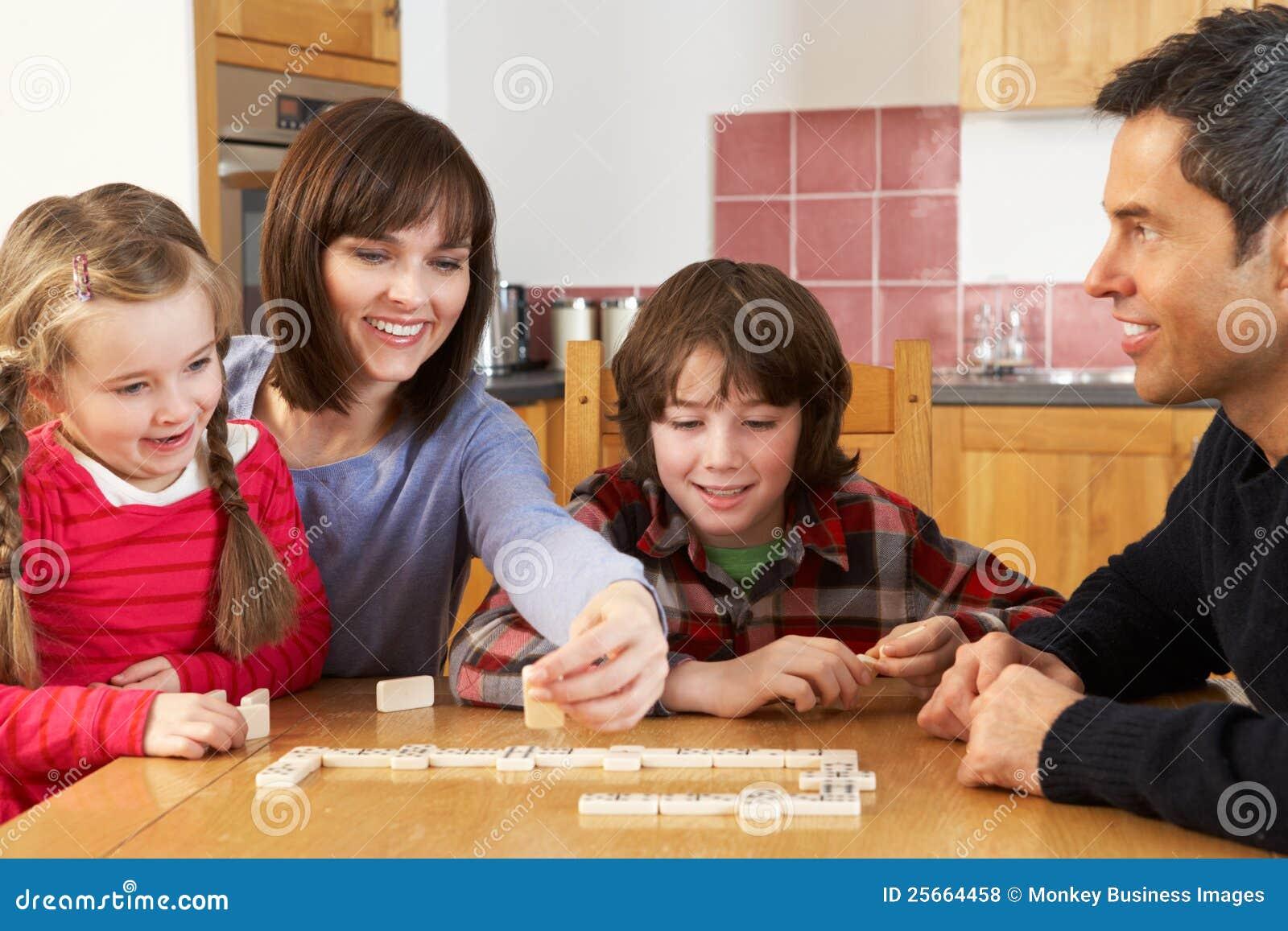 Het Spelen van de familie Domino s in Keuken