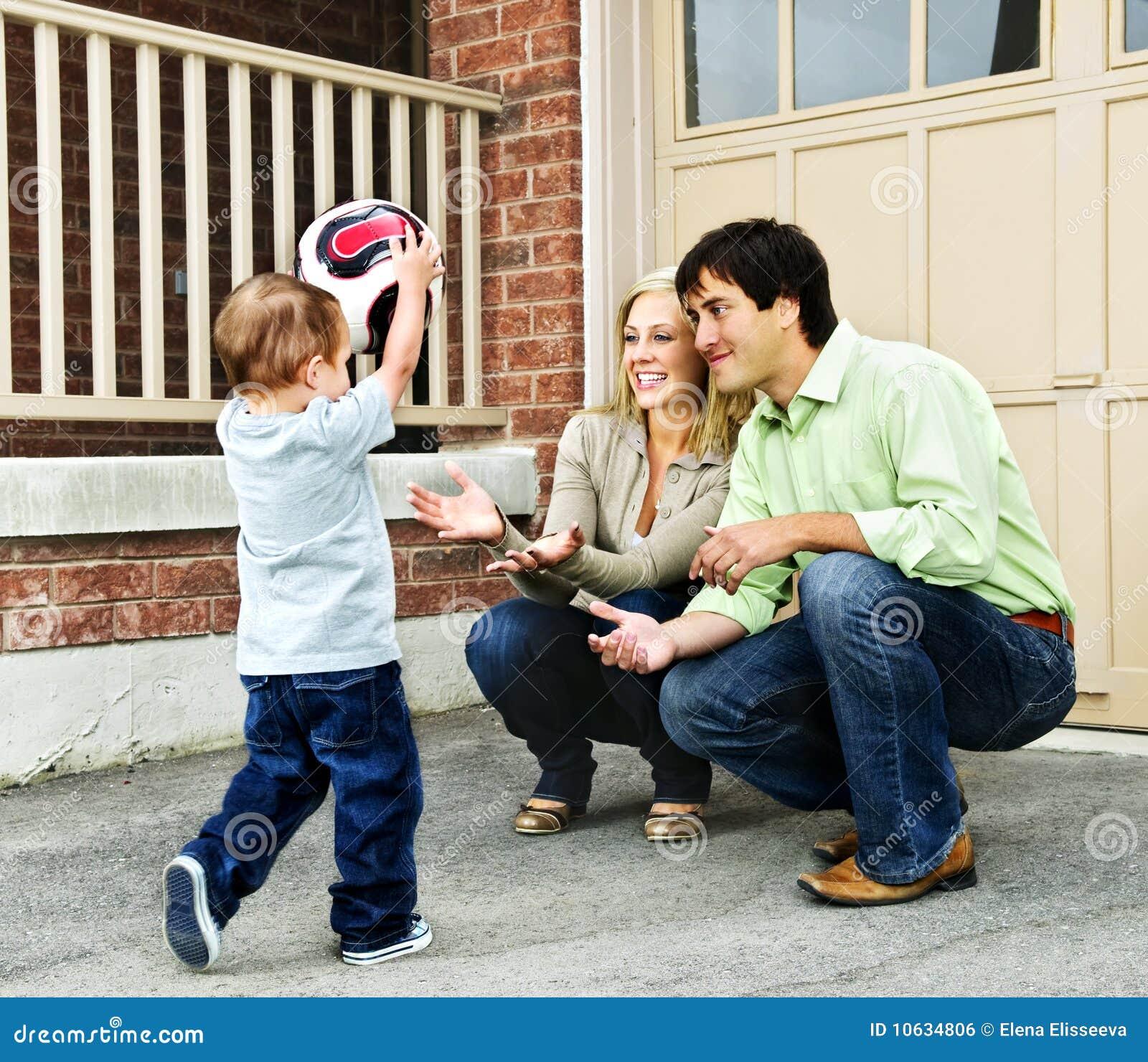 Het spelen van de familie met voetbalbal