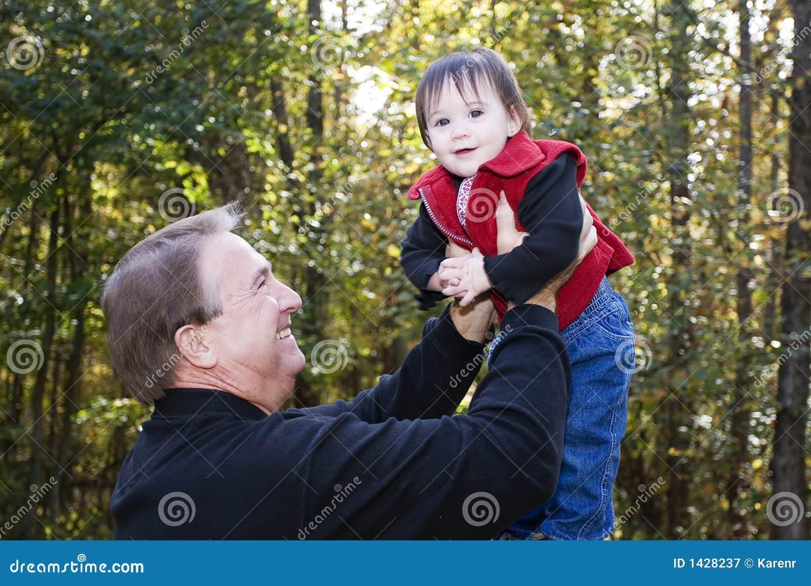 Het spelen van de grootvader en van de kleindochter