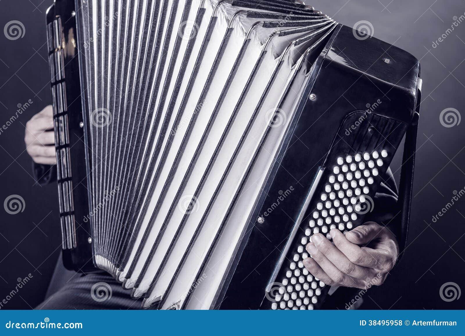 Het spelen van de harmonika