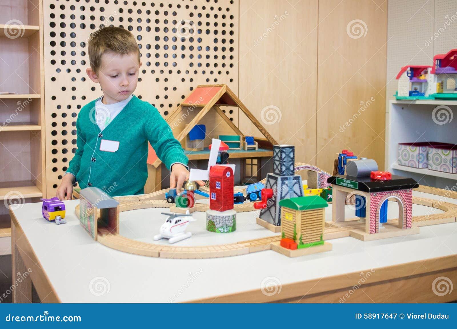 Het spelen van de jongen met speelgoed