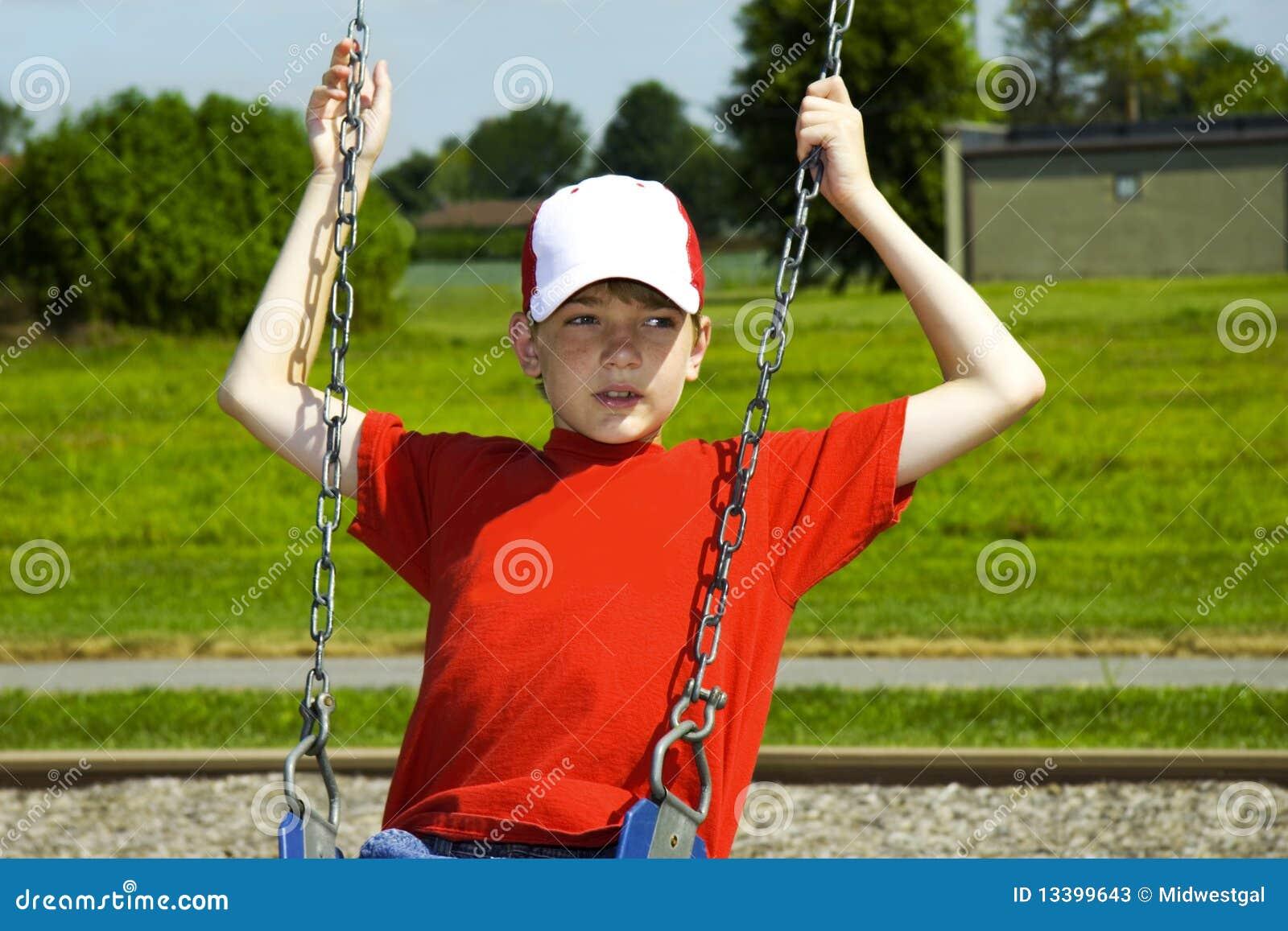 Het Spelen van de jongen op Schommeling
