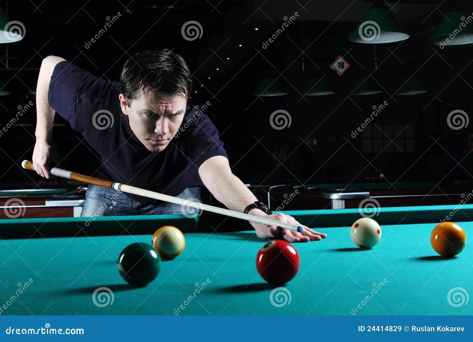 Het spelen van de mens snooker.