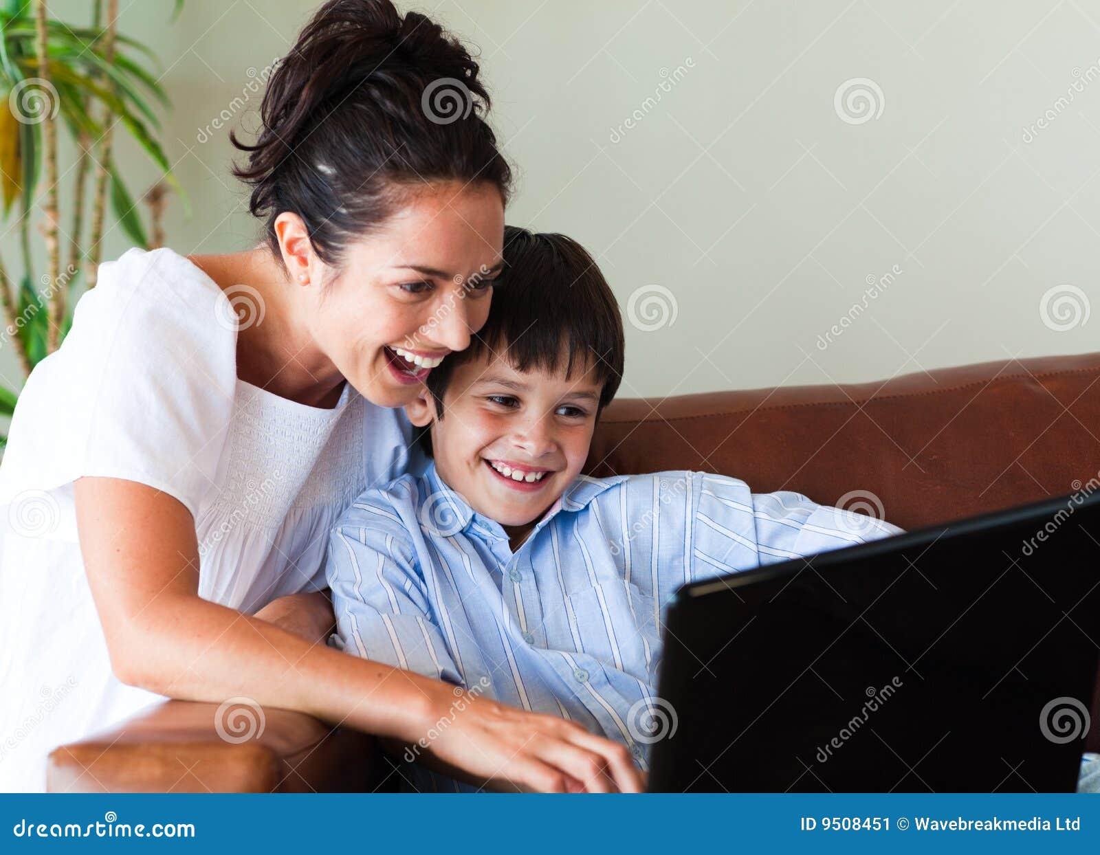 Het spelen van de moeder en van de zoon met laptop