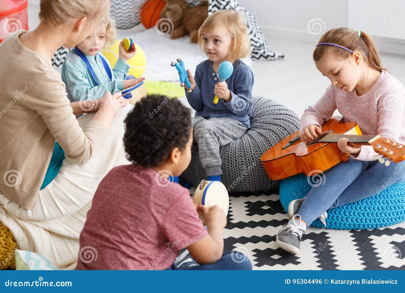 Het spelen van de muziek