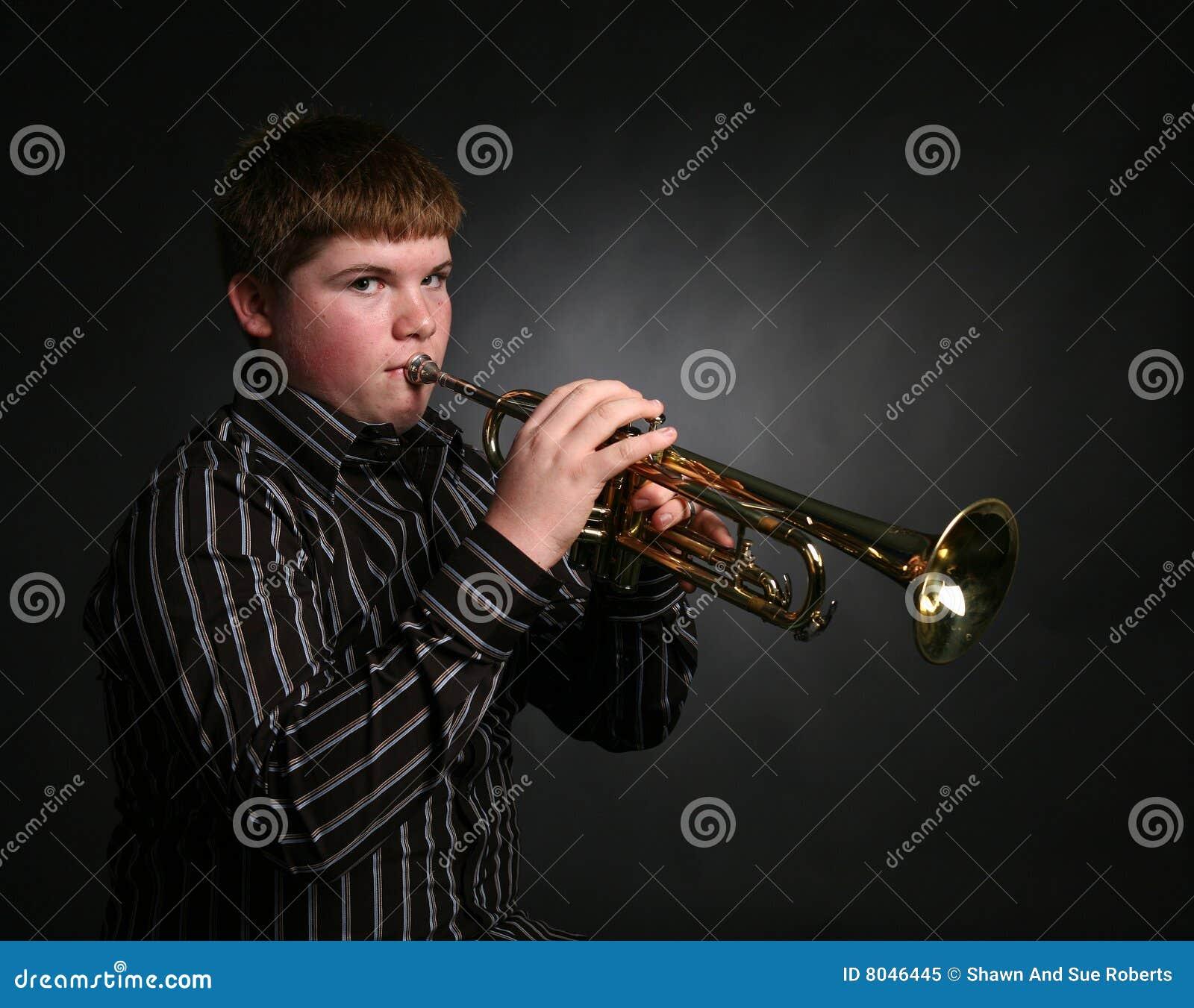 Het spelen van de tiener trompet royalty vrije stock foto afbeelding 8046445 - Het versieren van de tiener kamer ...