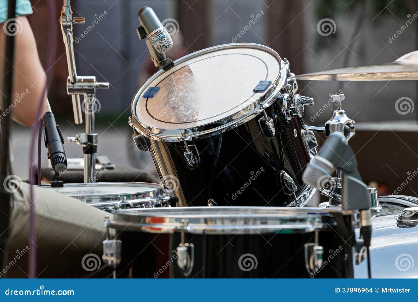 Het spelen van de trommel