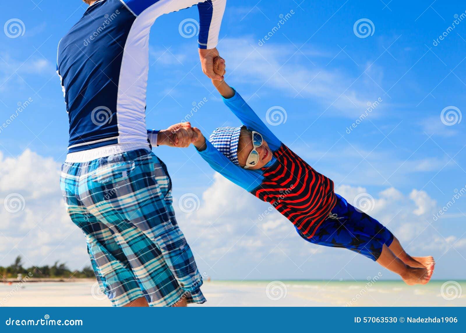 Het spelen van de vader en van de zoon op het strand