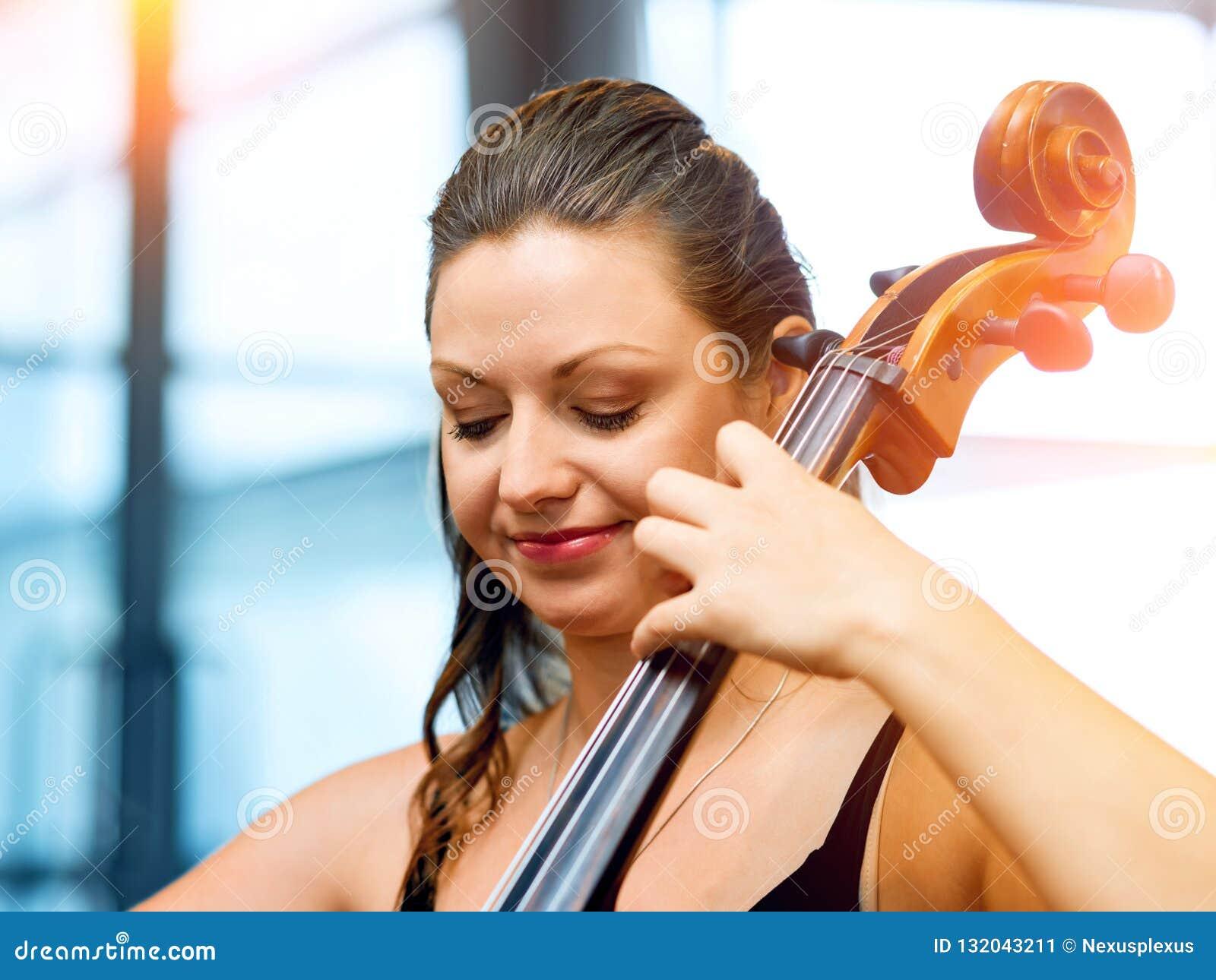 Het spelen van de vrouw Cello