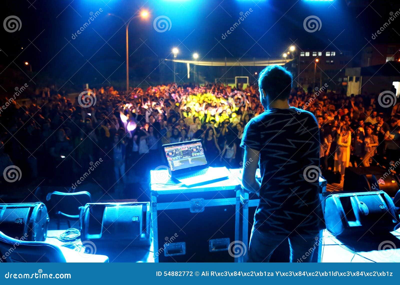 Het Spelen van DJ in een Club